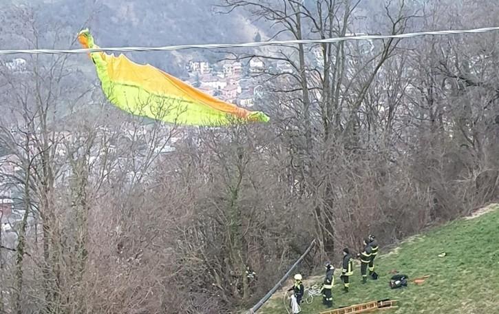 In volo col parapendio da Aviatico  57enne atterra su un albero a Merà