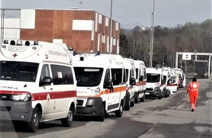 Le code delle ambulanze con i malati di Covid fuori dal Pronto Soccorso dell'ospedale Papa Giovanni e del Bolognini a Seriate