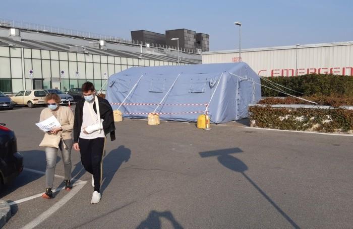 Il tendone per accogliere i casi sospetti di coronavirus allestito davanti al Pronto Soccorso dell'ospedale Papa Giovanni XXIII : è il 25 febbraio