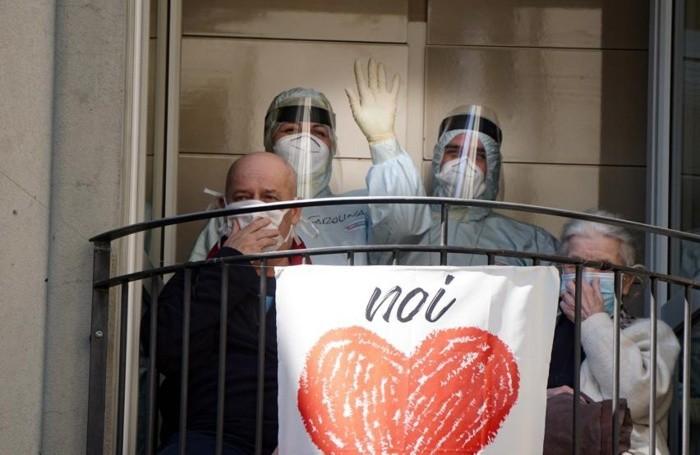 I guariti alle finestre di un Covid hotel
