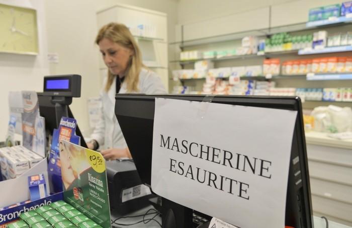 In molte farmacie diventa un'impresa trovare le mascherine e gli igienizzanti