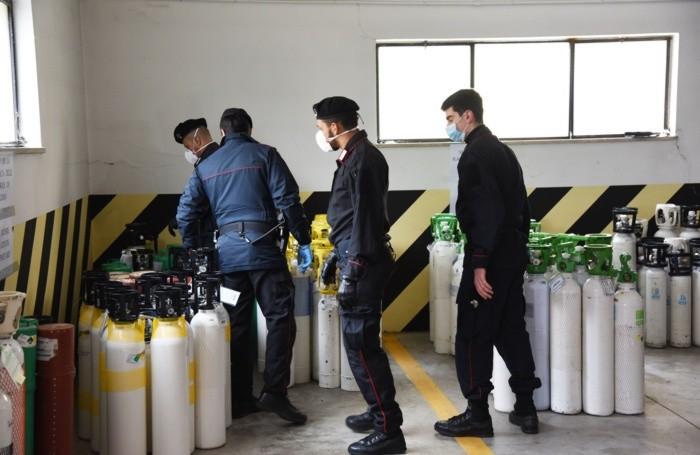 I Carabinieri di Bergamo in azione per portare bombole di ossigeno negli ospedali e ai pazienti ricoverati a casa