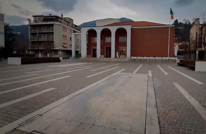 La piazza di Nembro deserta