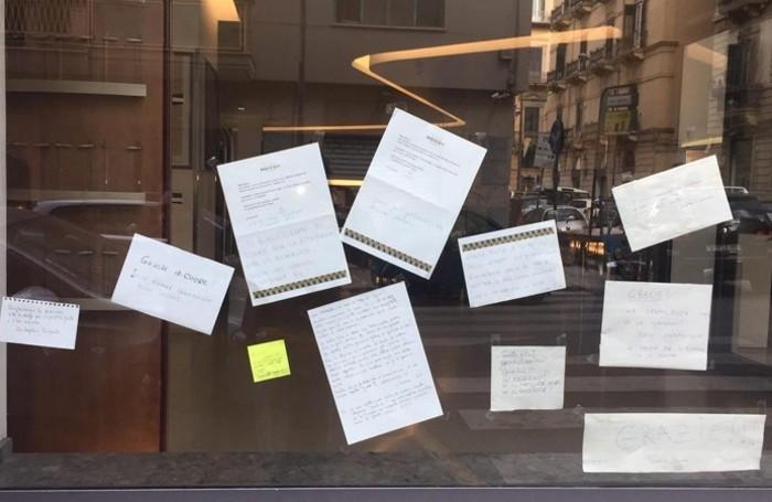 I bergamaschi in vacanza a Palermo colpiti dal Covid: tanti biglietti di incoraggiamento all'ingresso dell'hotel che li ospita