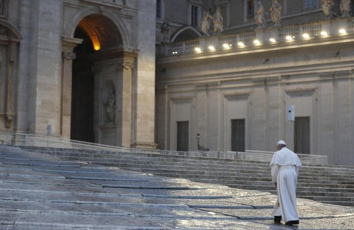 Papa Francesco in una piazza San Pietro completamente deserta