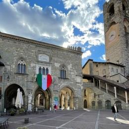 Maxi-cuore tricolore in Piazza Vecchia Da Vo' Euganeo per ricordare le vittime Covid