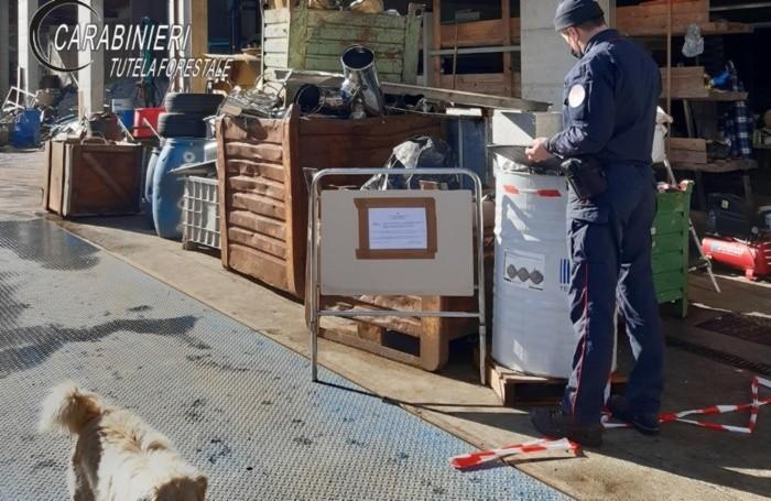 Nel capannone sono stati rinvenuti dai Carabinieri Forestali numerosi rifiuti depositati in modo illecito.