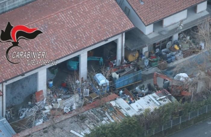 Il Nucleo Elicotteri Carabinieri di Orio al Serio ha effettuato un sorvolo dell'area sequestrata, per la quale i Carabinieri Forestali hanno contestato la gestione non autorizzata dei rifiuti.