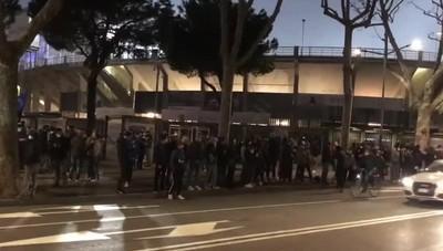 Tifosi fuori dal Gewiss Stadium