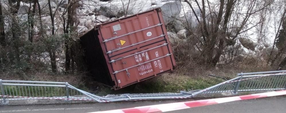 Zogno, container si stacca dal tir e piomba sulla pista ciclabile - Foto