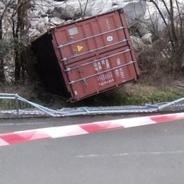 Zogno, il container caduto sulla ciclabile Denunciato e sanzionato l'autista del tir