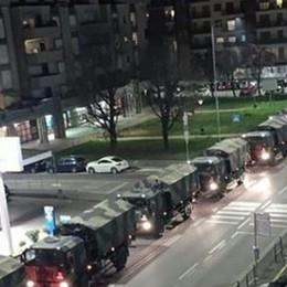 18 marzo, ore 21: i camion a Bergamo Il nostro dolore in una foto che è storia