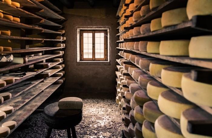 Forme di formaggio in un deposito