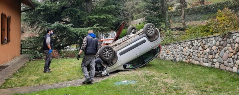 Almenno San Bartolomeo, auto si ribalta In ospedale due anziani di 80 e 90 anni