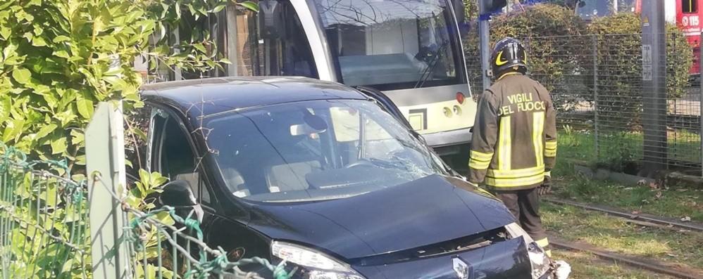 Bergamo, auto contro treno della Teb Nessun ferito, attivati bus sostitutivi