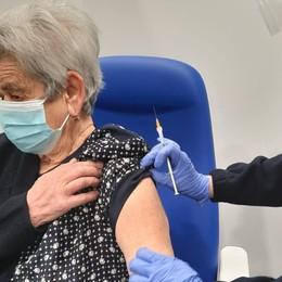 Clusone, inaugurato il centro vaccinale Via con gli over 80, la prima  è Erminia di 92 anni