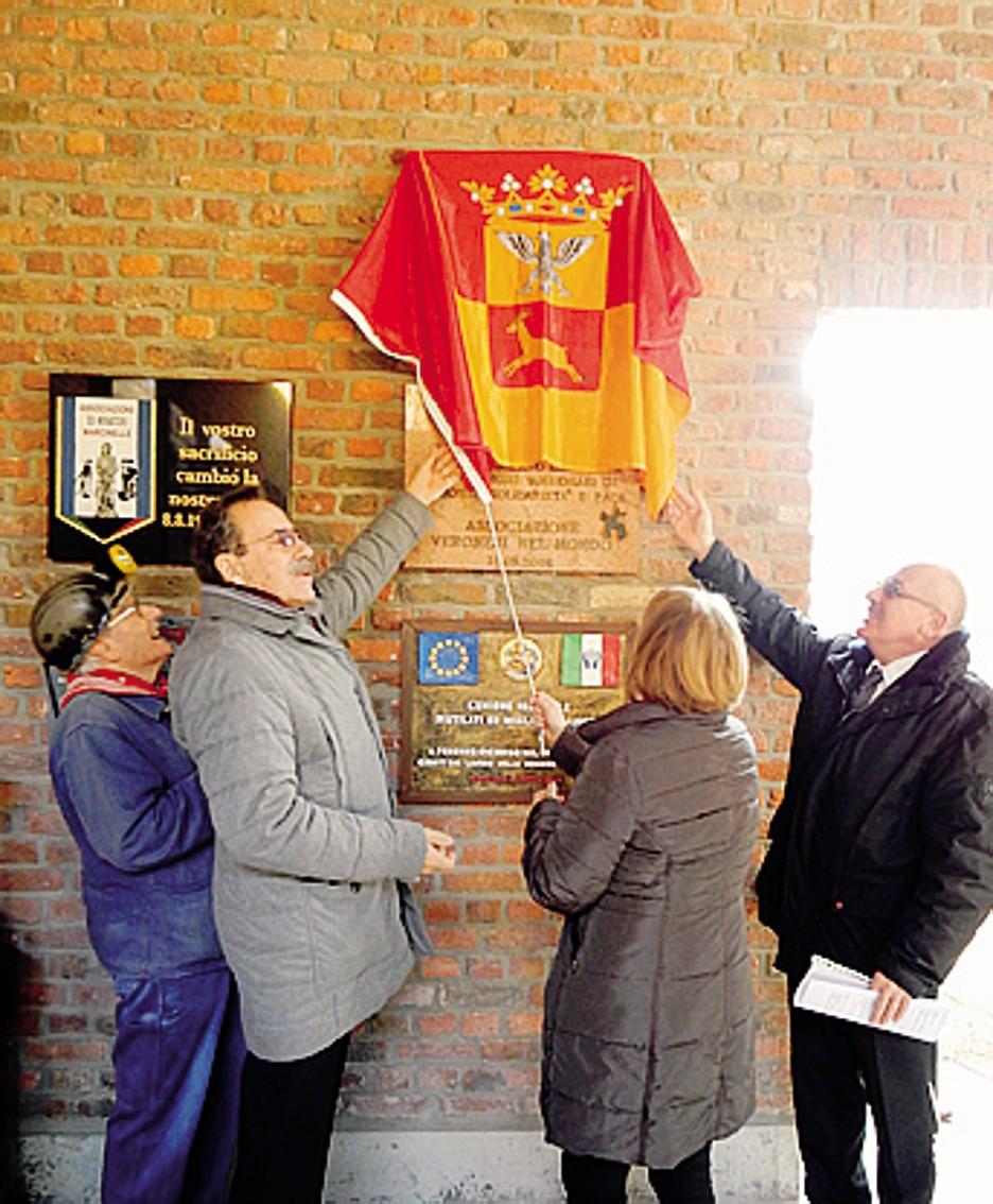Mauro Rota a Marcinelle nel 2018 scopre la   targa  che ricorda le vittime dell'incendio nella miniera nel 1956;