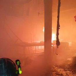 Fiamme nel capannone abbandonato Il video del lavoro dei Vigili del fuoco