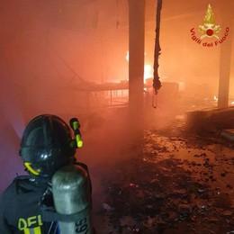 Fiamme nel capannone dismesso Vigili del fuoco in azione ad Albino