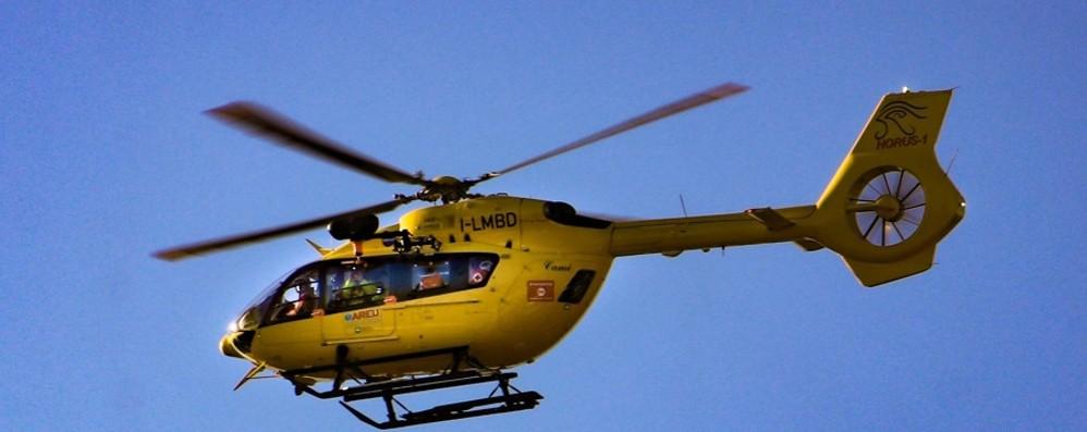 Grave incidente a Palosco L'elicottero soccorre un motociclista