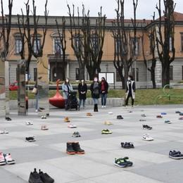 I bambini a casa, la protesta delle mamme A Treviglio 56 paia di scarpe in piazza