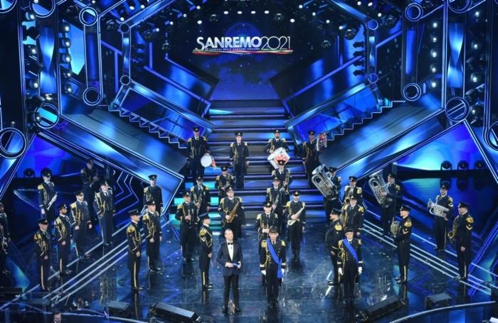 La banda della Marina Militare apre l'ultima serata del festival di Sanremo