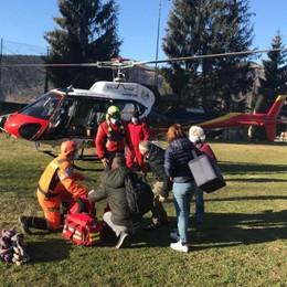 In elicottero a Parzanica per i vaccini Il grazie dei «nonni» isolati dalla frana