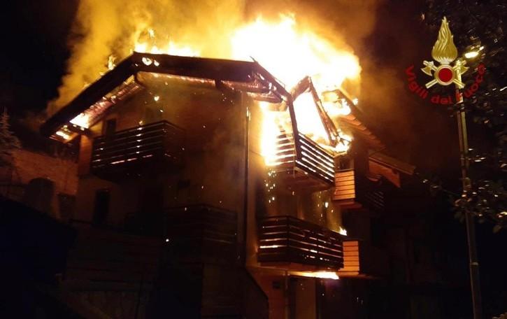 Incendio nella notte a Schilpario Distrutti due appartamenti - Foto
