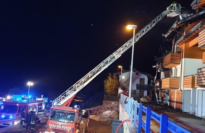 Le foto dei Vigili del fuoco durante l'intervento e le due abitazioni distrutte dalle fiamme