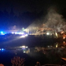 Lago d'Iseo, paura alla diga di deflusso Incendio nella notte a Paratico - Le foto