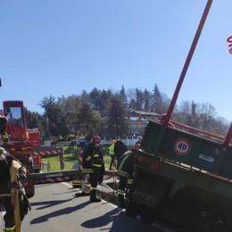 Si ribalta il trattore e finisce in una cascina L'intervento dei Vigili del fuoco - Il video