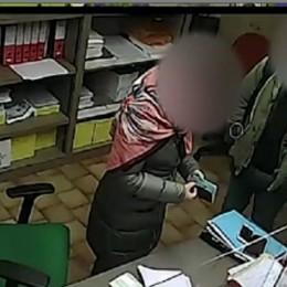 Soldi in cambio di timbri sul passaporto Arrestato un poliziotto e due denunciati