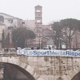 Striscioni a un anno dal lockdown «Lo sport merita rispetto» - Foto