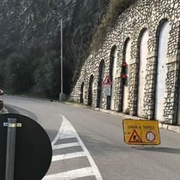 Tavernola, frana in movimento -Foto Chiusa la strada e cementificio evacuato