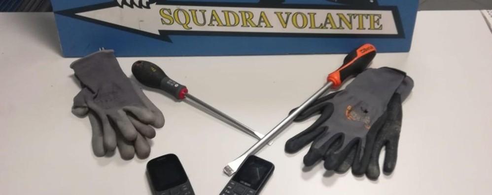 Tentano furto in casa, arriva la Volante Fuga dal terrazzo: arrestati due giovani