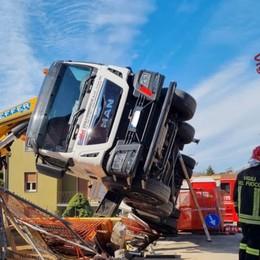 Torre Boldone, gru si ribalta in un cantiere  Arrivano i Vigili del fuoco, nessun ferito-Foto