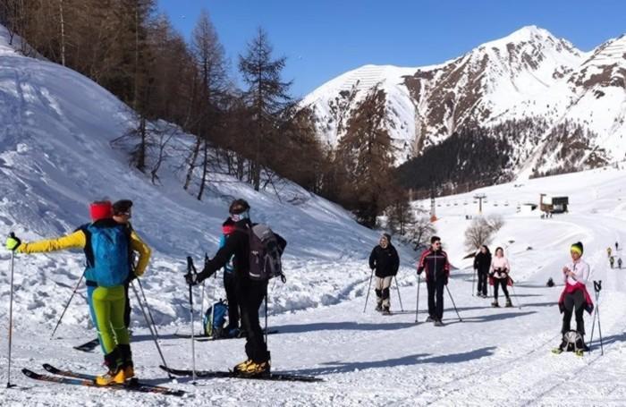 Ciaspolatori e scialpinisti hanno scelto di godersi una giornata in montagna: per ora senza assembramenti