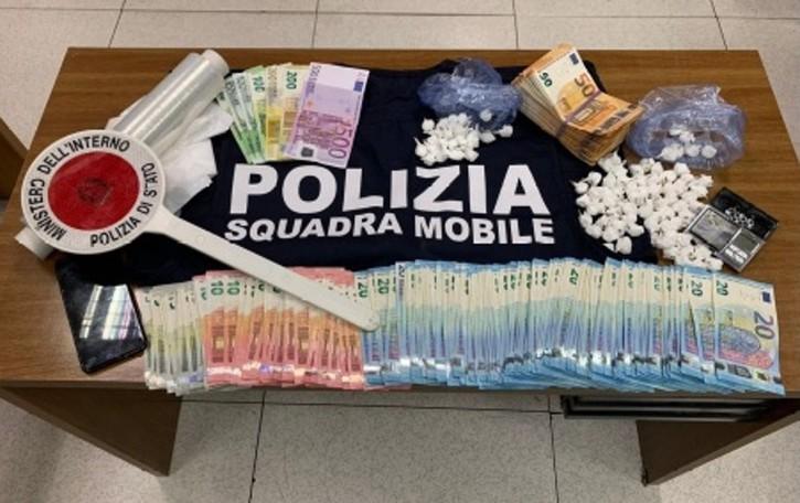 Blitz della polizia, giovane arrestato  con 96 dosi di cocaina e 16 mila euro