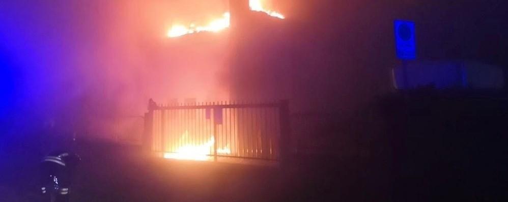 Incendio devasta una falegnameria Fiamme alte, i danni sono ingenti