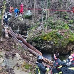 Malore mentre taglia la legna - Foto I Vigili del fuoco lo portano dai soccorritori