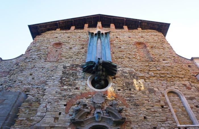 La scultura bronzea di Francesco Somaini realizzata nel 1972 raffigurante la discesa dello Spirito Santo[