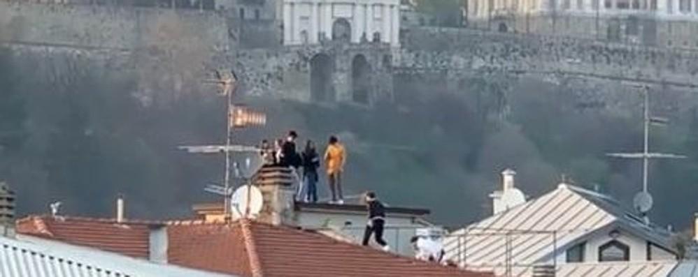 Assembramenti, controlli in città:  zero multe Ma c'è chi si ritrova sul tetto di un palazzo
