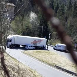 Auto incastrata sotto un camion. Traffico bloccato per due ore a Ponte Selva