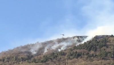 Elicottero in azione sul monte Farno per un incendio