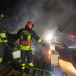 Filago, brucia un tetto nella notte Inagibili due appartamenti - Foto