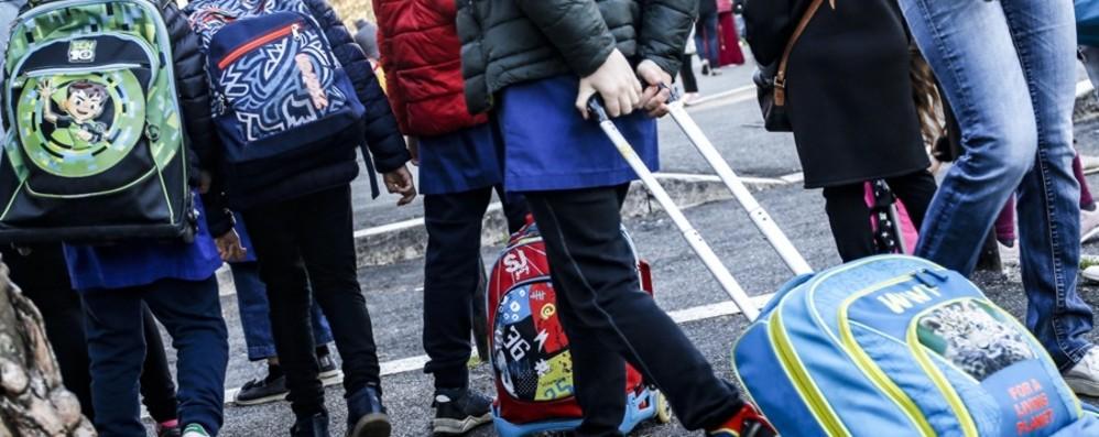 Regole più severe per le quarantene nelle scuole, da oggi 70 mila studenti in classe
