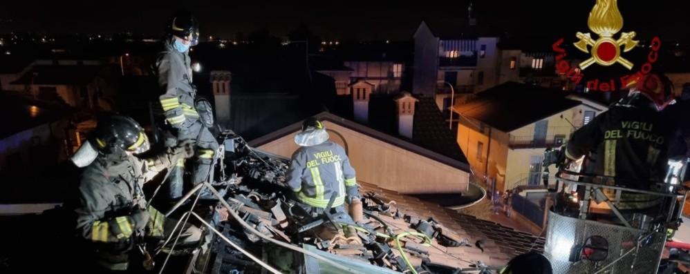 Tetto in fiamme a Castel Rozzone, intervengono i vigili del fuoco: rogo domato - Foto