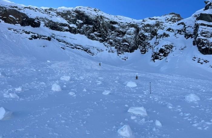 I resti della slavina caduta sul monte Torena sul versante valtellinese al confine con Valbondione