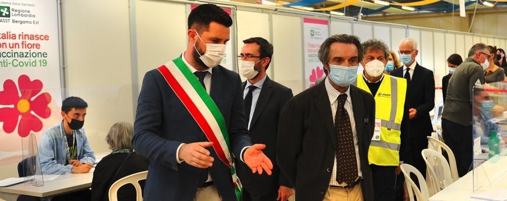 Vaccini, Fontana negli hub bergamaschi: «Centri ben organizzati. Poste, portale ok» - Foto e video