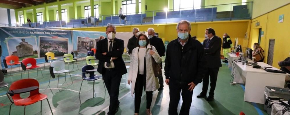 Aperto l'hub vaccinale di Sant'Omobono, Bertolaso: «Lombardia per fine mese pronta a somministrare 100 mila dosi al giorno»